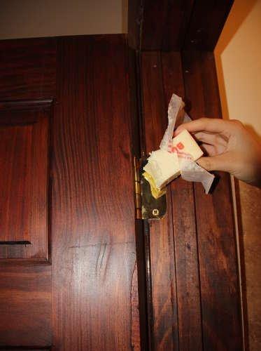Как сделать скрипящую дверь 89